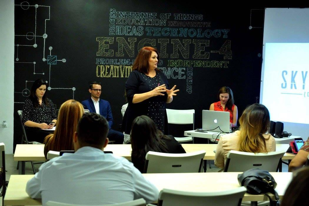 Personas escuchando charla sobre Mujer y Tecnología en Engine-4g