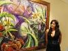 Nicole Bueso, hija de Andy Bueso junto a una de sus obras.
