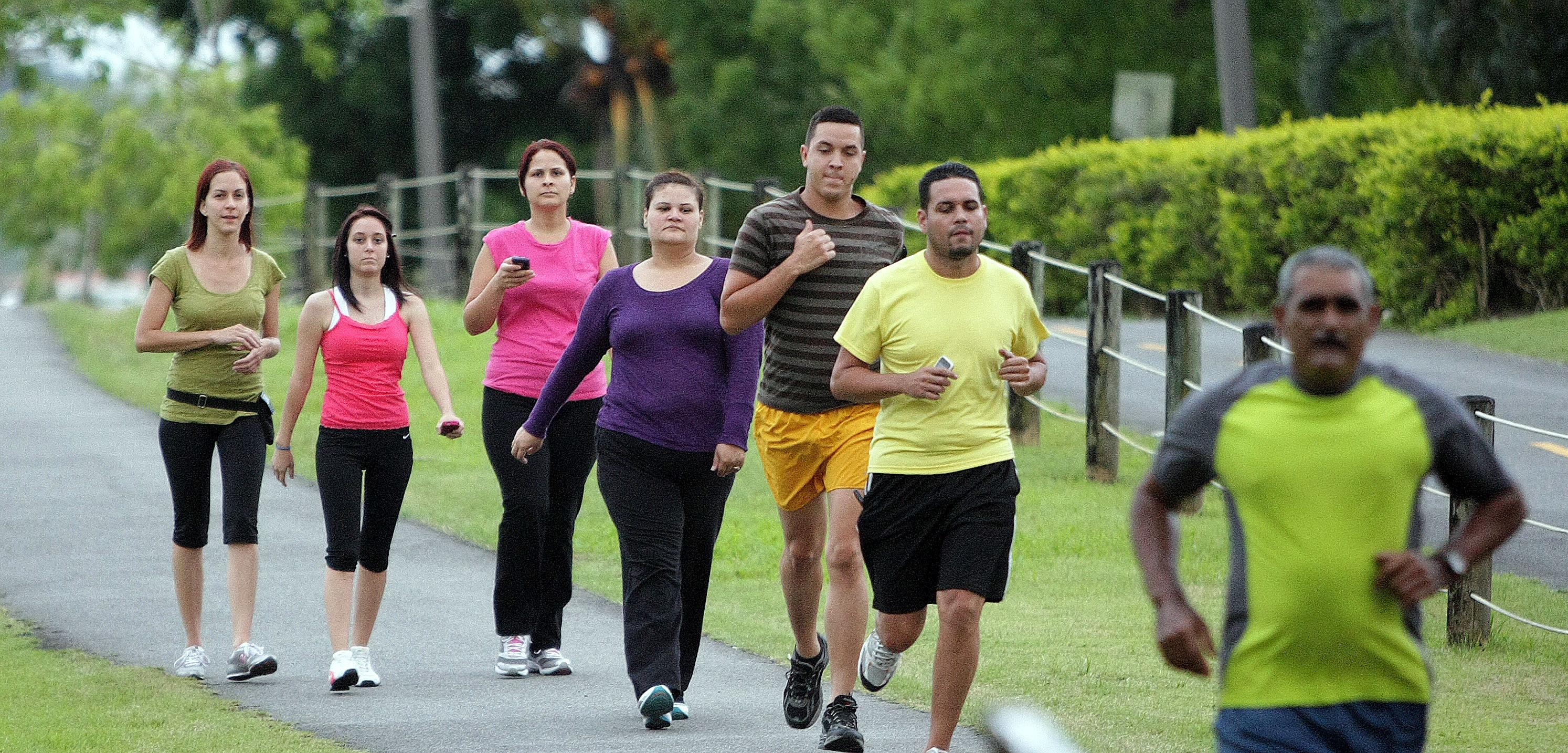 Resultado de imagen para personas caminando ejercitandose