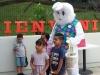 Niños junto al conejo de pascuas