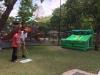 Personal del Parque de las Ciencias asistiendo a visitante con un juego