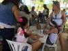 Niños disfrutando de la actividad de manualidades
