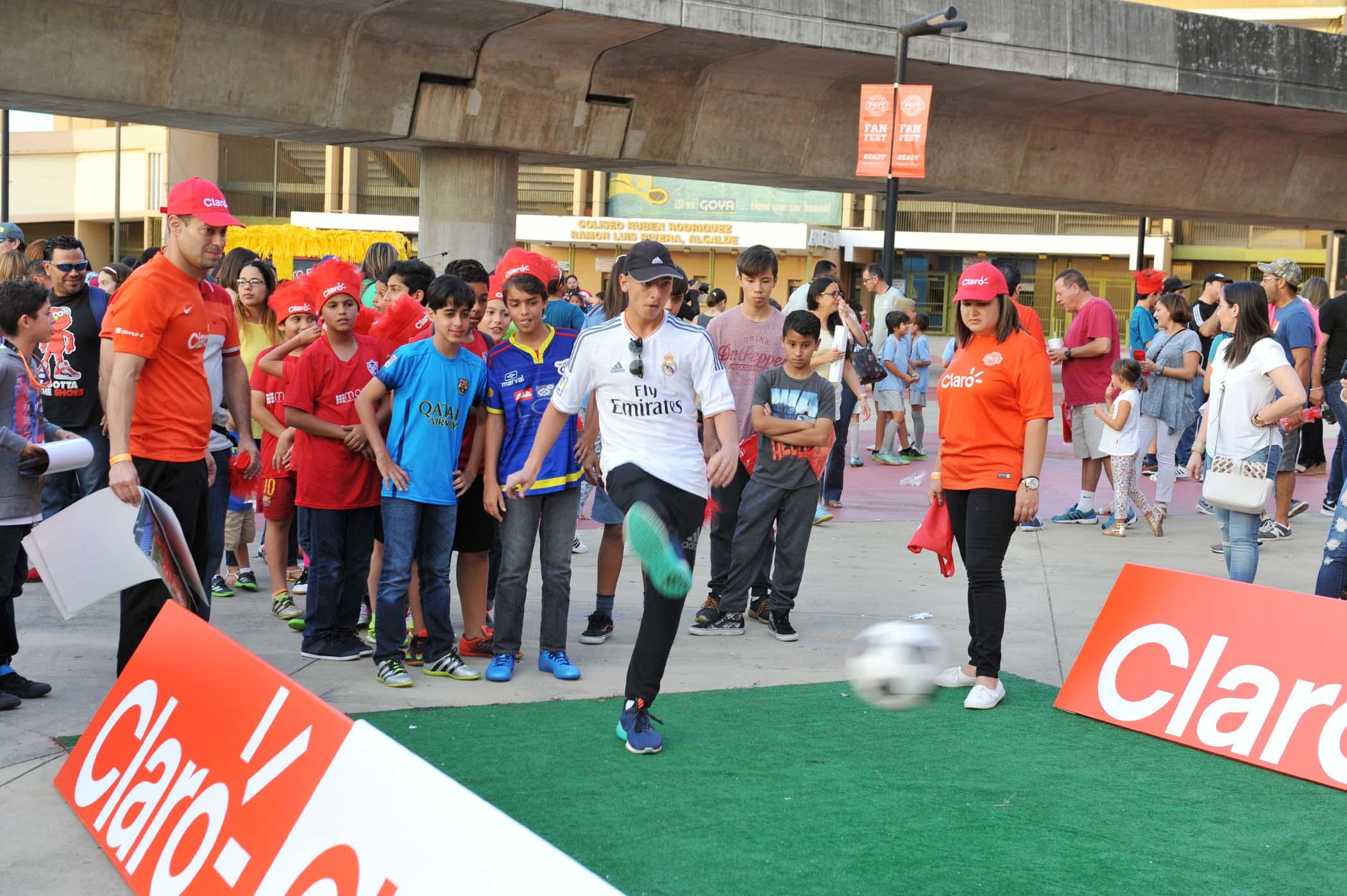 Espectadores participados de los juegos en las afueras del Estadio