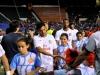 Jugadores del equipo NYCosmos saludando a niños  de pequeñas ligas