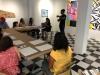 Artista residente ofreciendo las técnicas de dibujo