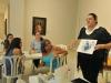Maestra dirigiendoce a participantes