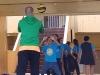 Maestro junto a grupo de estudiantes partícipes del Taller de volleybal