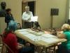 Maestros del taller mostrando como hacer las obras de arte con los materiales designados para el taller