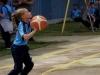 niña lanzando el balón