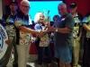 Enrique Mercado recibe su premio a manos de Gibran Feliciano