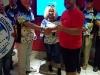 Gibran Feliciano entrega premio a Roberto Rosario
