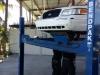 Mecánico dandole mantenimiento a vehículo de la policía
