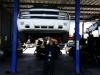Mecánico inspeccionando vehículo