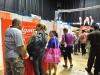 Asistentes del expo visitando los distintos exhibidores
