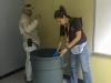 Personal tomando muestras del agua en escuelas