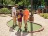 Familias participando en el Torneo de Mini Golf