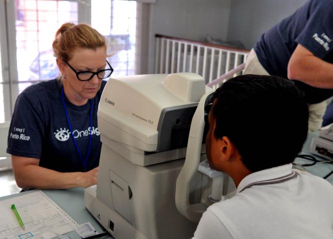 Brindan servicios optométricos y espejuelos a 1,500 niños