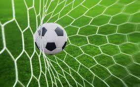 Balón de futbol en el gol
