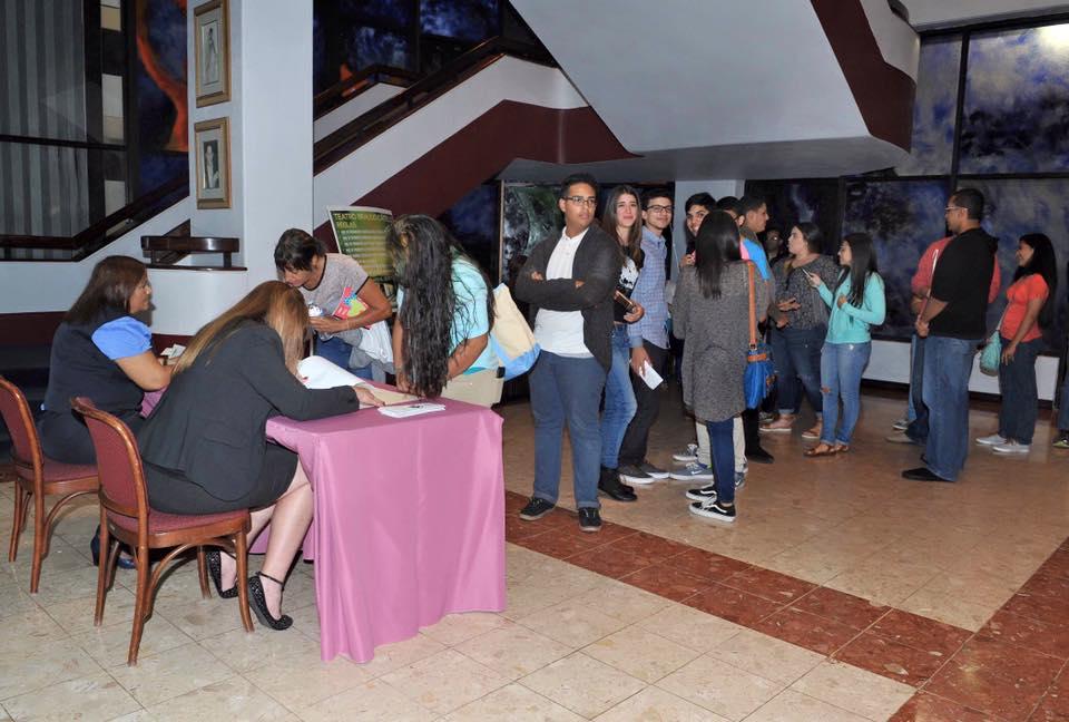 Charlas en el Teatro braulio Castillo  del Programa 360. Estudiantes  sentados escuchando la charla.