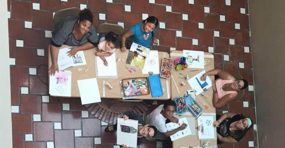 Los asisitentes del taller mostrando sus obras de collage.