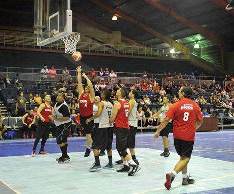 Jugadores de los equipos de Alcaldía y Parque de las Ciencias en un torneo.