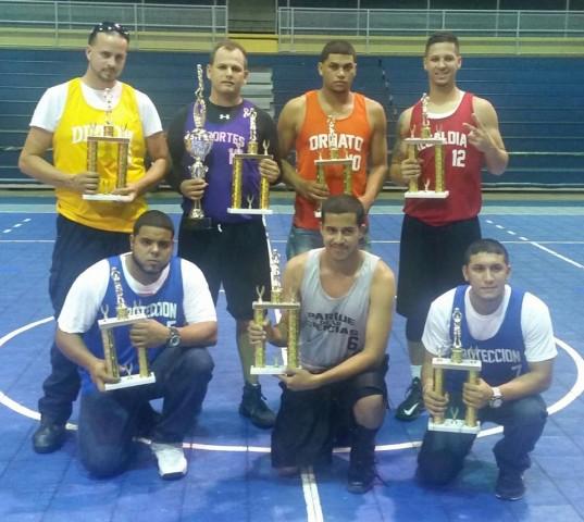 Jugadores con sus trofeos.