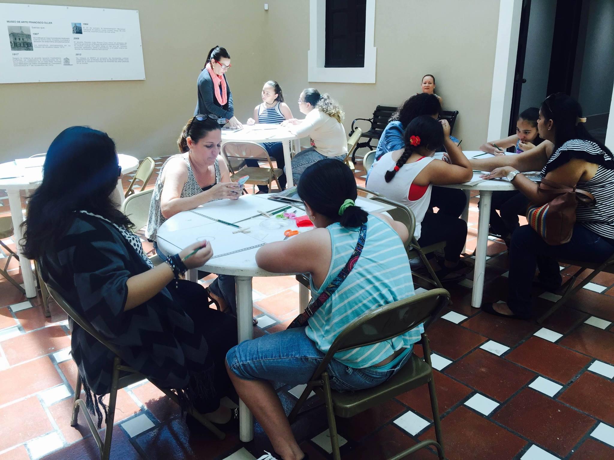 Participnayes del taller creando sus obras de dibujo