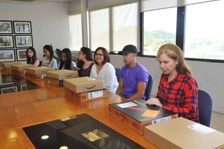 Jóvenes estudiantes recibiendo sus nuevas computadoras
