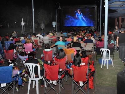 Asistentes del evento disfrutando de la película Cinderella