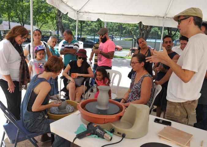 La artista Waleska Rivera Ramos mostrando a los visitantes como hacer una cerámica.