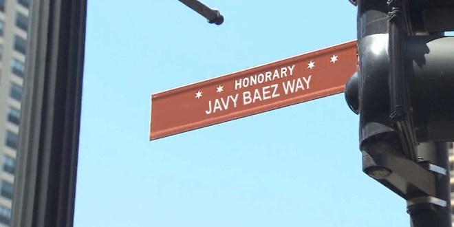 Letrero de la calle con el nombre de Javier Báez