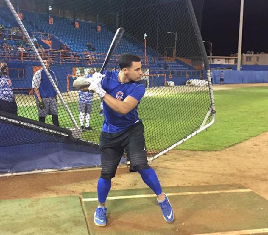 Javier Baez a punto de batear