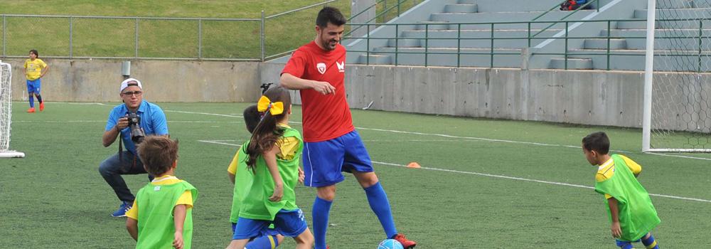 David Villa jugando con niños en el Bayamon Soccer Complex