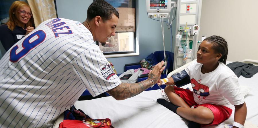Javier Baez con un niño paciente del hospital San Jorge