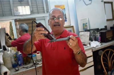 """José Luis Morales (Pretty) con la recortadora de hacer """"flat tops."""""""