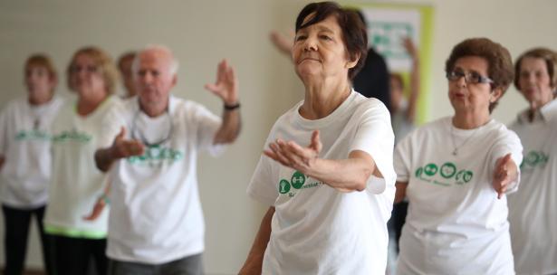Nuestros viejitos encantados con el Tai Chi