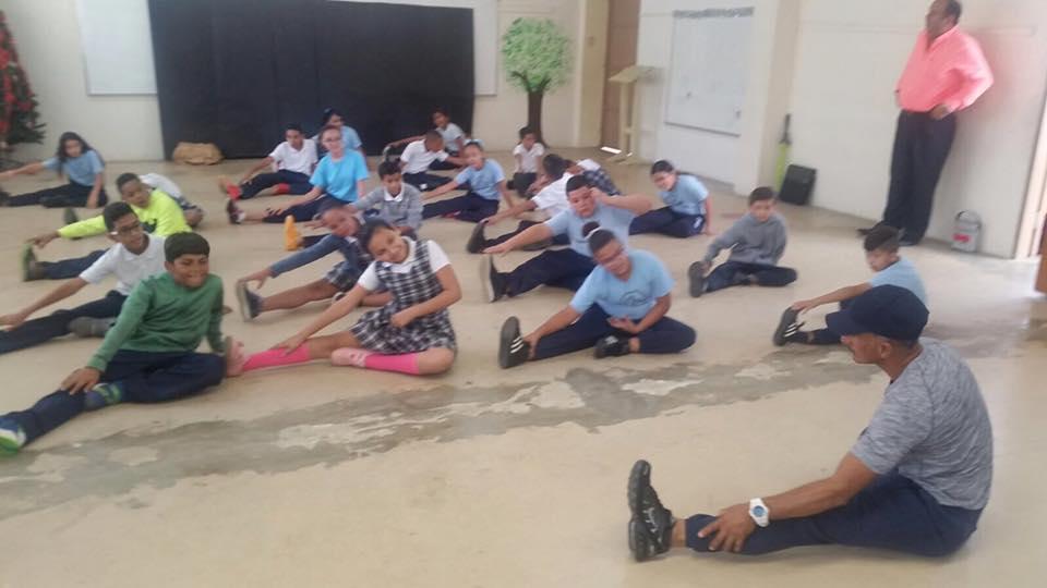 Estudiantes haciendo estiramientos