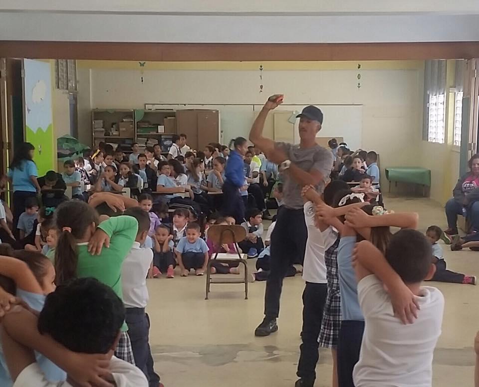 Líder  Recreativo enseñando a los estudiantes