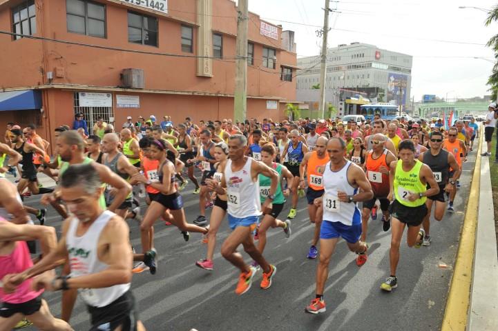 Personas corriendo en la Carrera Santa Cruz
