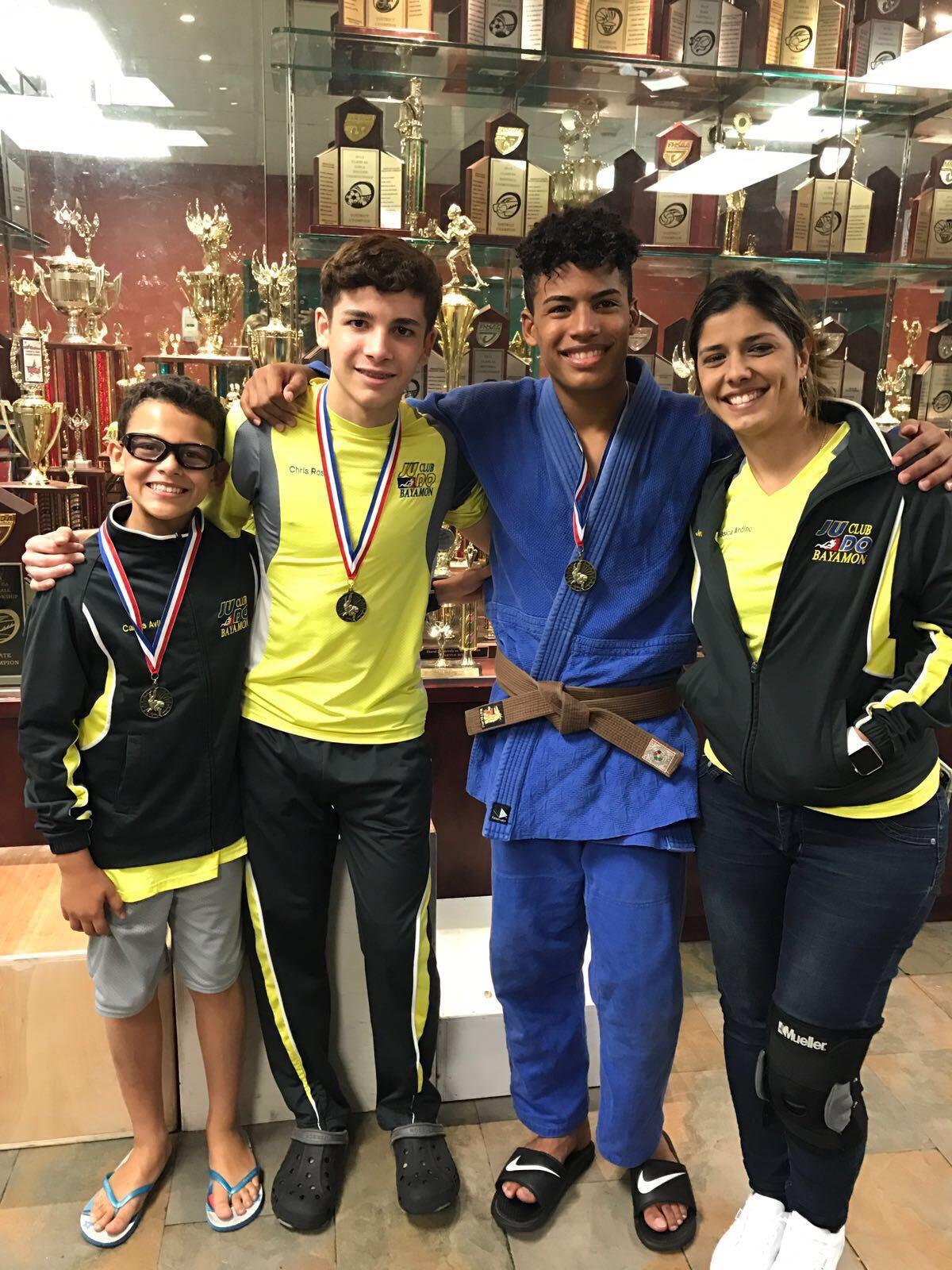 Carlos Aviles, Chris Rosado y Yavied Kulian junto a su entrenadora Jessica Andino