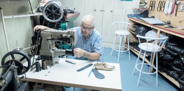 Carlos Torres, propietario de la Zapatería Celet, en Bayamón, honra su oficio con la creación de piezas artesanales.