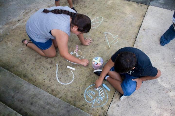 Participantes del taller dibujando con tizas