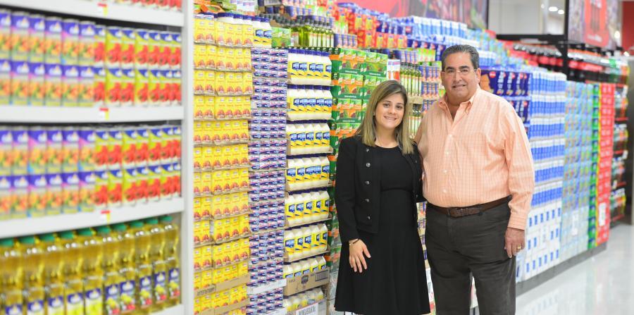 José Quiñones y su esposa, dueño de Selectos