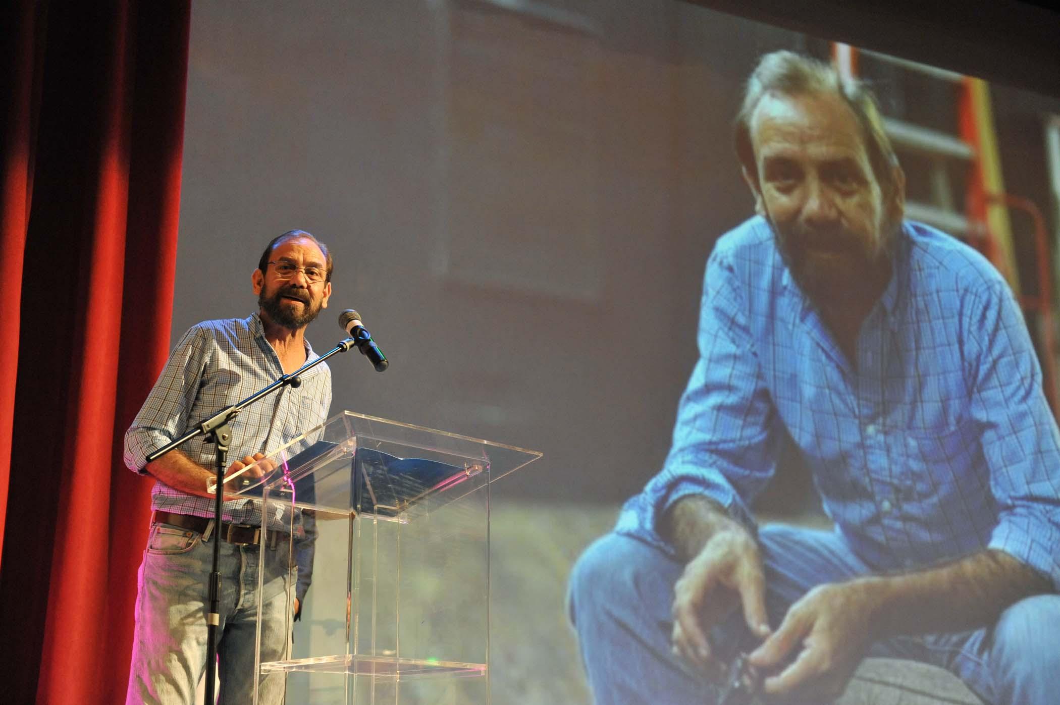 René Monclova se dirige al público en el Teatro Braulio Castillo