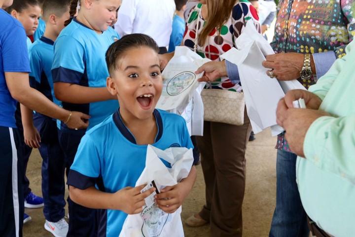 Niño de la Escuela Dolores Álvarez recibiendo su regalo
