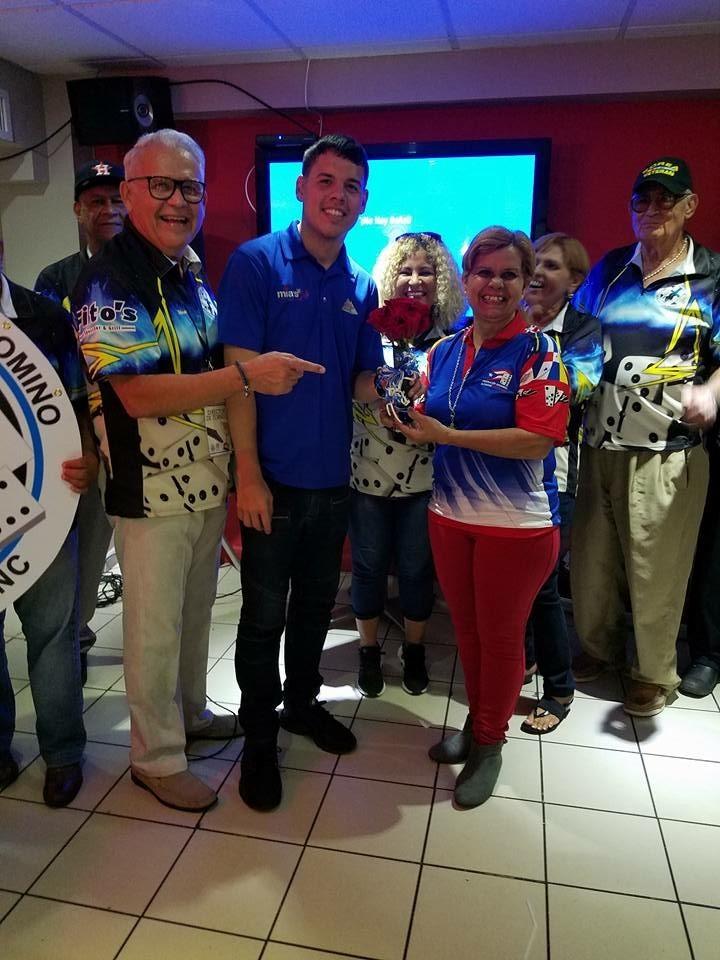 Gibran Feliciano junto al dueño de Mias Cafe y la mejor representacion femenina del torneo Eni Rubiela
