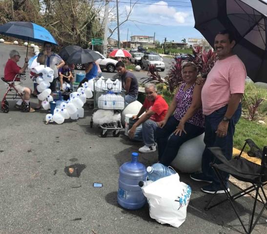Personas con sus galones para abastecerse de agua en los oasis