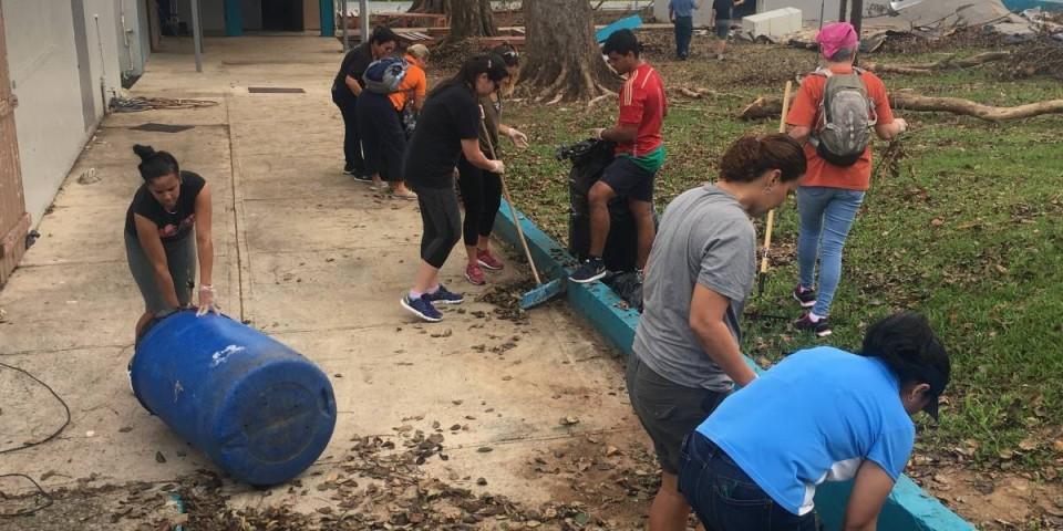 Voluntarios en el recinto de Bayamón de la Universidad de Puerto Rico