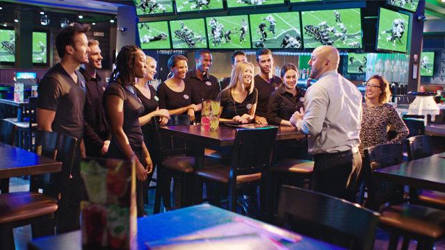 Dave & Buster's Busca Meseros y Bartenders para su Local en Bayamón