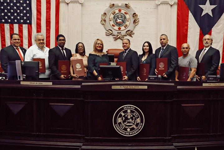 El portavoz de la mayoría en el Senado junto al grupo de homenajeados.